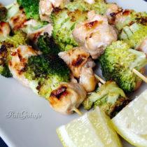 Szaszłyki z łososiem i brokułem z grilla