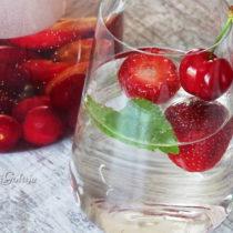 Woda z truskawkami i czereśniami/wiśniami