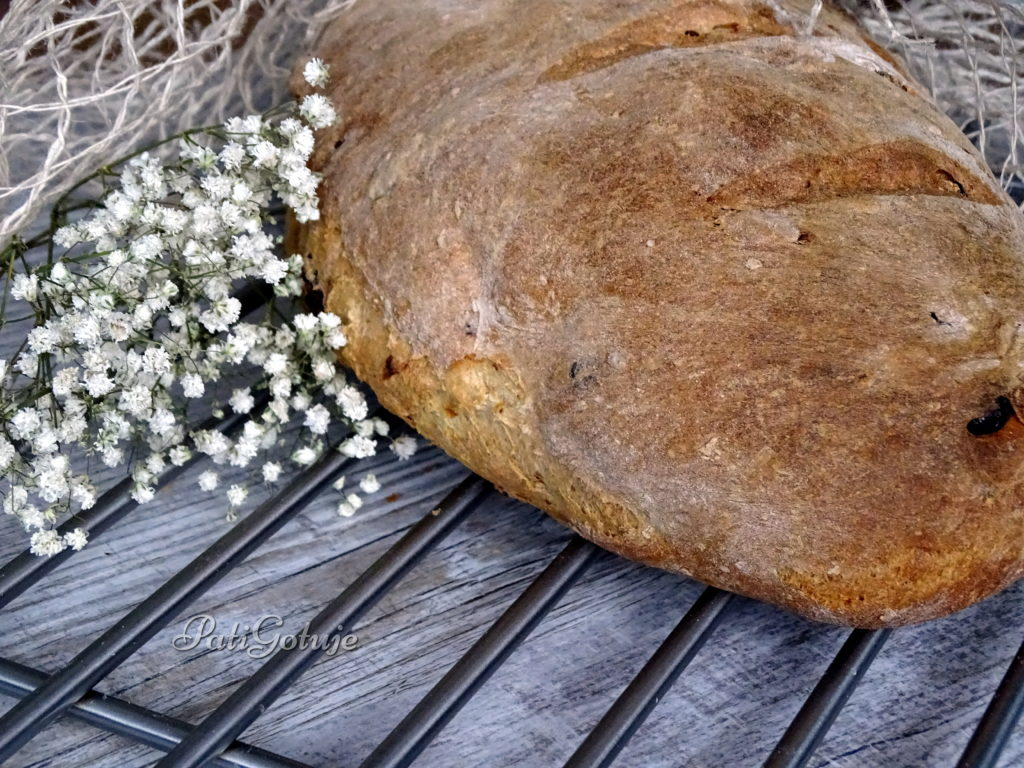 Chleb z suszoną miechunką i żurawiną