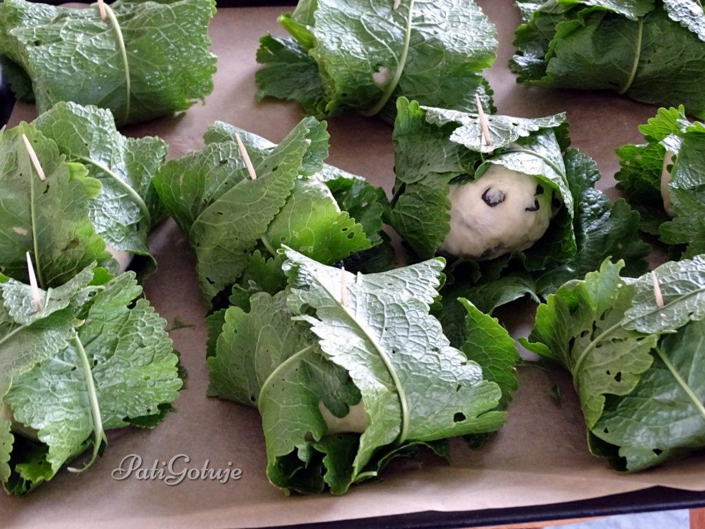 Bułeczki z pestkami dyni w liściach chrzanu