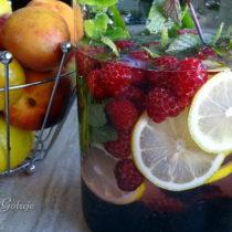 Woda z malinami, jeżynami i cytryną