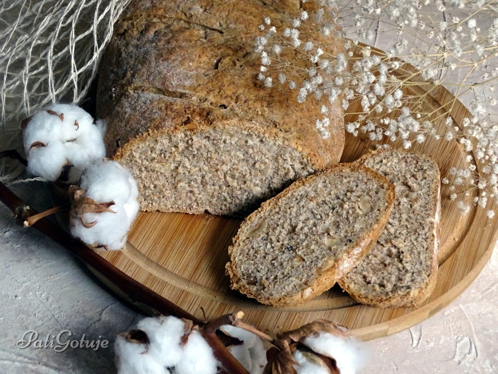 Chleb razowy z orzechami