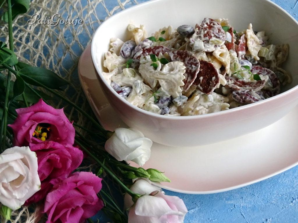Sałatka makaronowa z chrupiącym salami