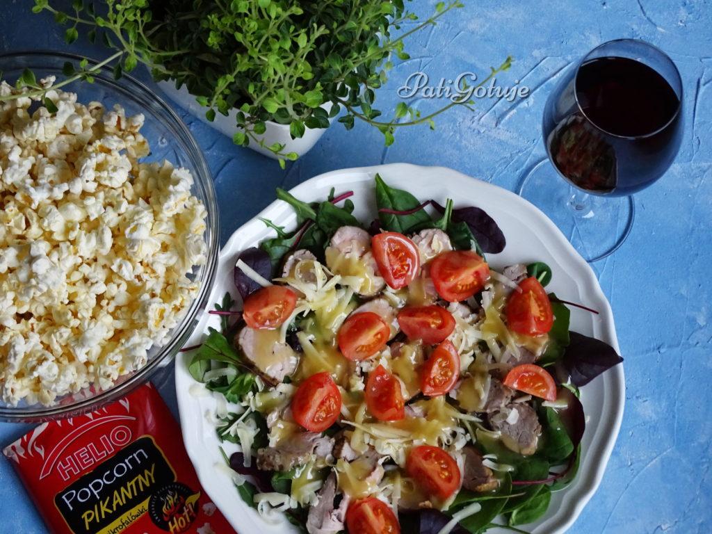 Sałatka z polędwicą w pieprzu i popcornem
