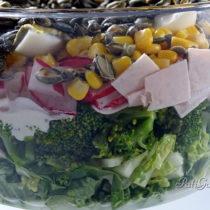 Warstwowa sałatka z brokułem i szynką