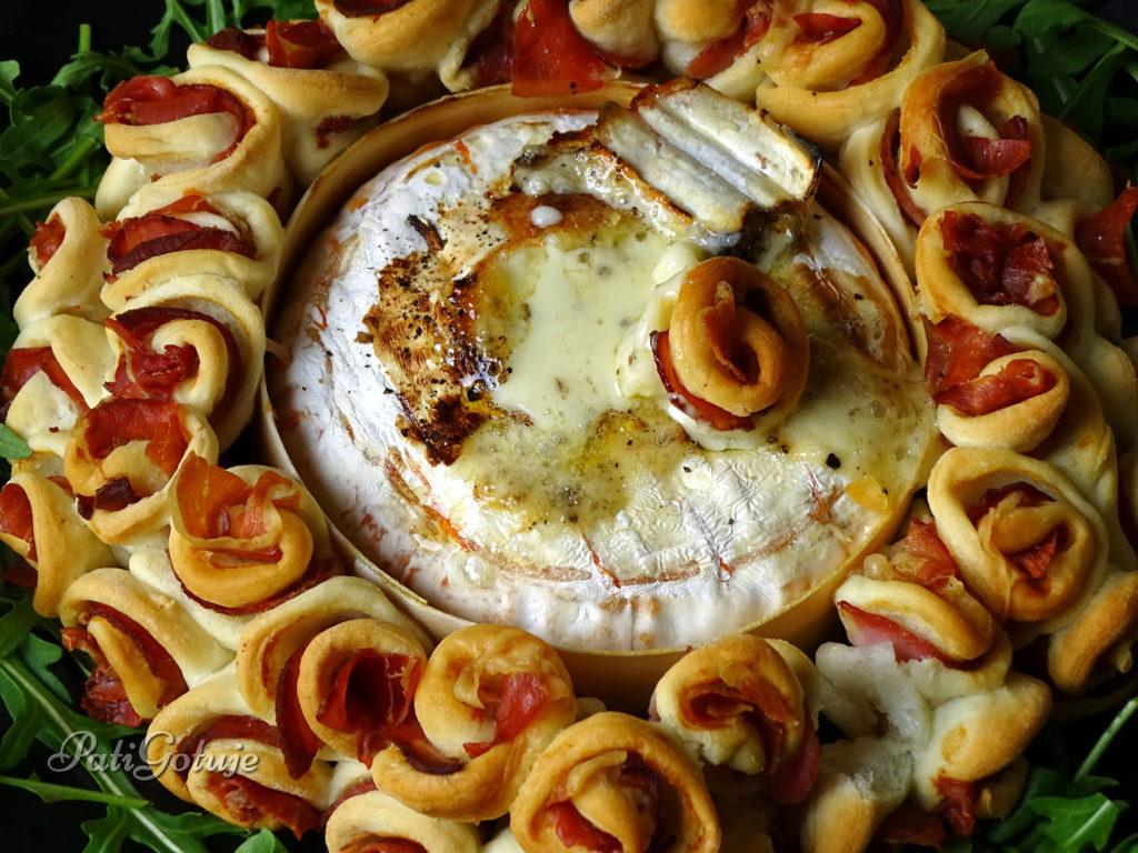 Zapiekany camembert ze skrętkami drożdżowymi