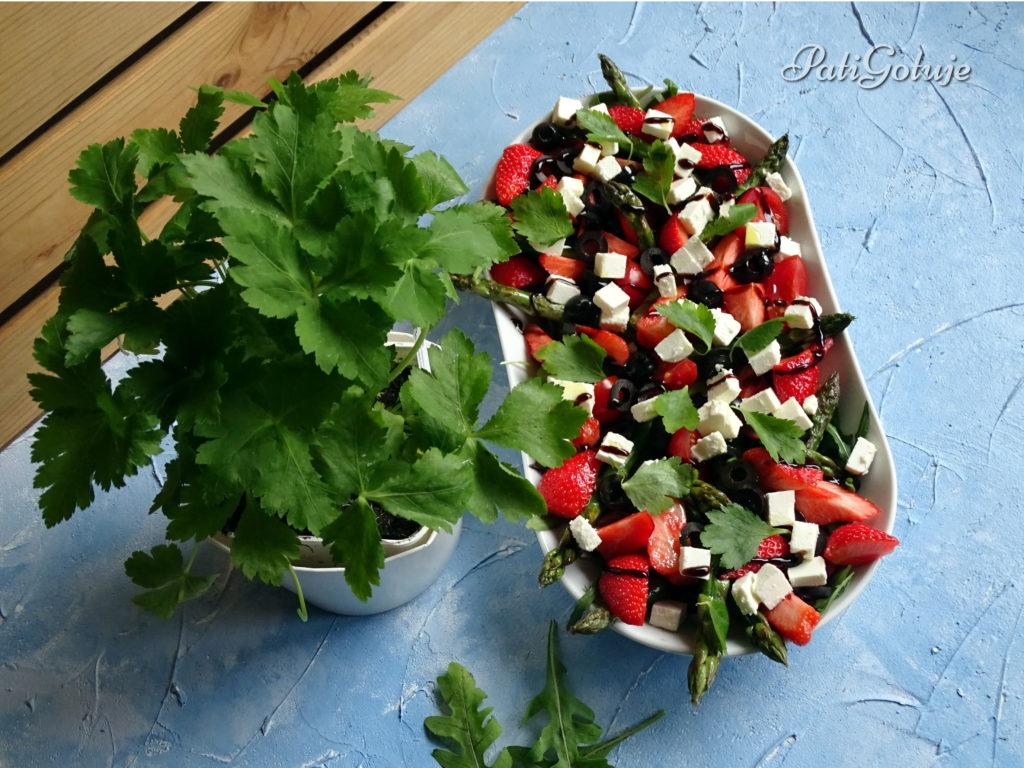 Sałatka ze szparagami i truskawkami