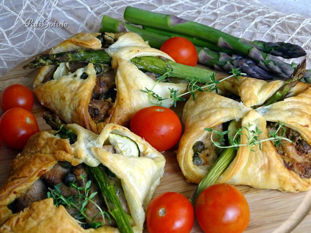 Sakiewki z kurczakiem i zielonymi warzywami