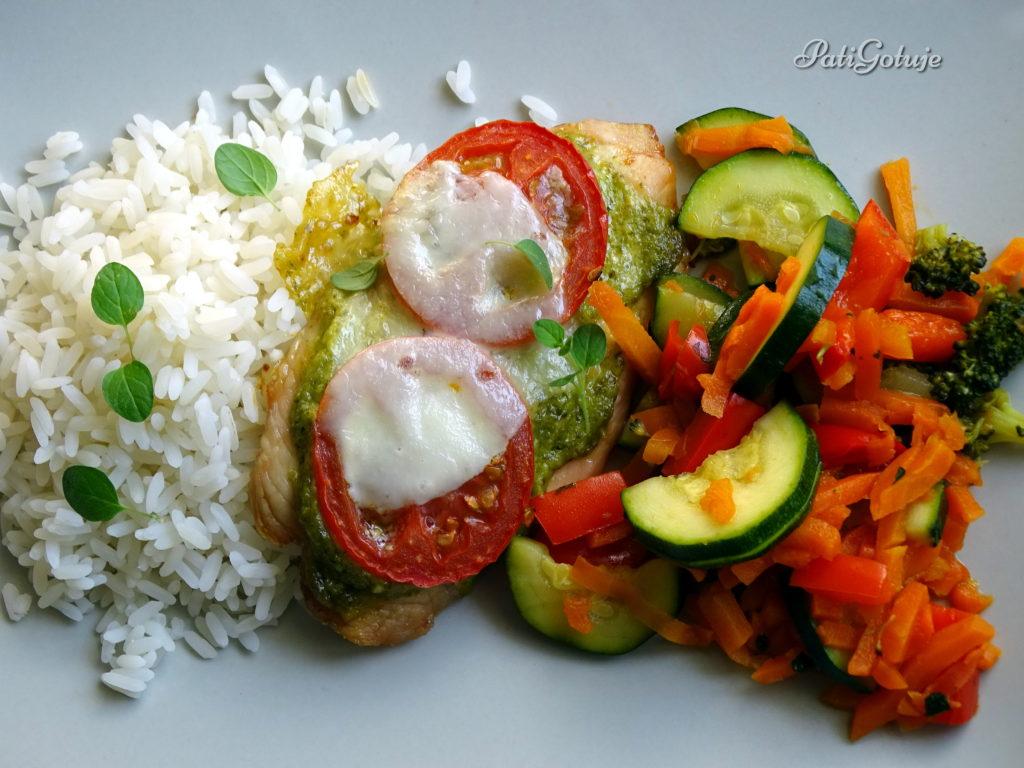 Kurczak zapiekany z pomidorem, mozzarellą i pesto