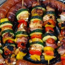 Szaszłyki z kurczakiem, boczkiem i warzywami