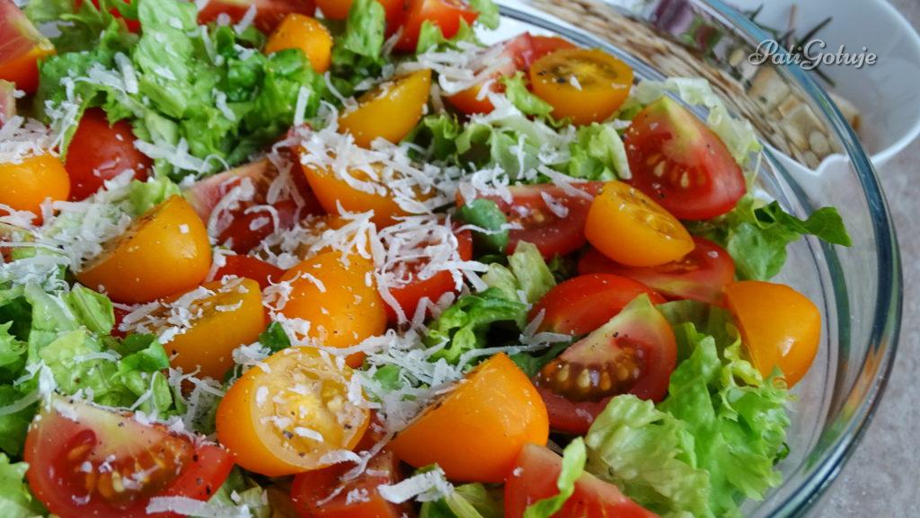 Lekka sałatka z pomidorkami i grzankami