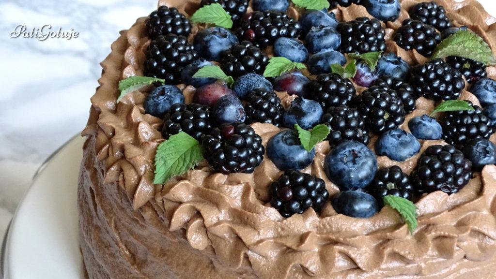 Tort czekoladowy z jeżynami i borówkami