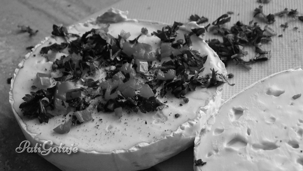 Pieczony camembert z paróweczkami w cieście francuskim