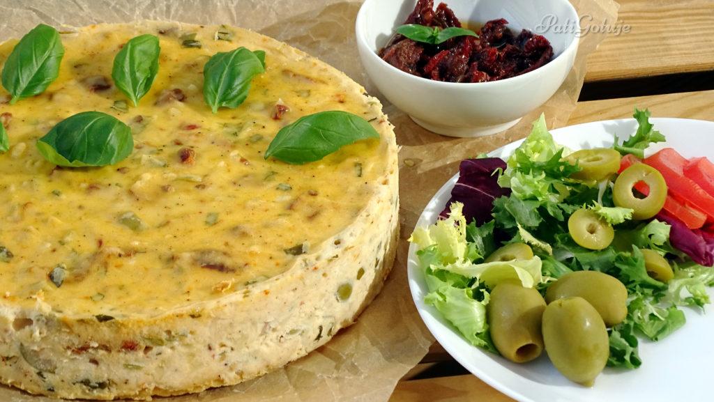 Wytrawny sernik z suszonymi pomidorami i oliwkami