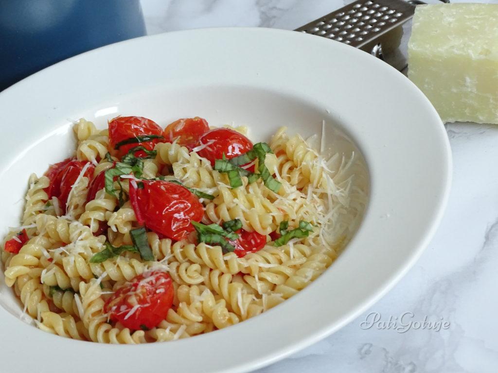 Makaron z pomidorkami